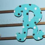 dziecko-literki 03-białe brązowe niebieskie turkusowe chłopiec kropeczki paski ręcznie malowane -03