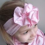 dziecko-opaska 121- jasnorozowa w biale kropeczki z duzym kwiatkiem marszczonym, ozdoba rozowa kropki komplet chustka-03