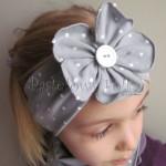 dziecko-opaska 124- szara w biale kropeczki z duzym kwiatkiem i bialym guzikiem, kropki komplet chustka-04