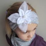 dziecko-opaska 125- szara w biale kropeczki z duzym białym kwiatem tiulem perelka, kropki komplet chustka-02