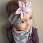 dziecko-opaska 128- szara w biale kropeczki z kwiatem brudny roz, rozowy, chustka-01