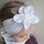 dziecko-opaska 133- biała dzianinowa z kwiatem duzym tiul guzik, chrzest roczek-03