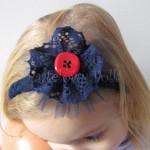 dziecko-opaska 142-granatowa ozdobna koronkowa z tiulem kwiatem czerwonym guzikiem koronka-01