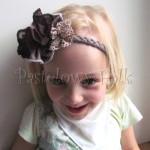dziecko-opaska 77E- warkocz retro, bezowa brazowa, z duzym kwiatem, koronka, tiul, perelka-03