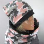 kobieta-komin-05-damski-dzianinowy-duzy-komin-i-czapka-grafitowy-i-bialy-w-rozowe-i-szare-motyle-07