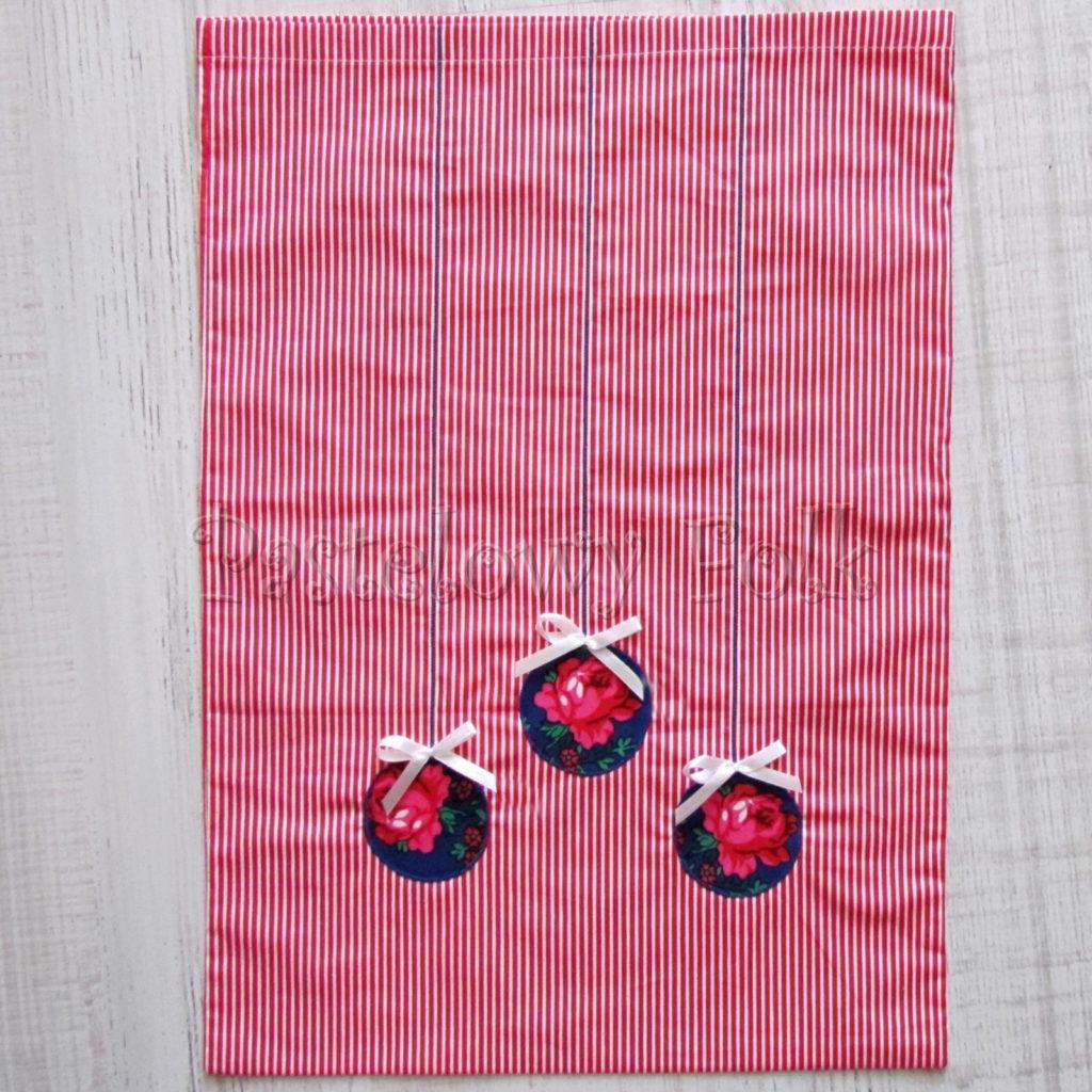 swieta-worek-pod-choinke-33_-eko-torba-na-prezenty-swiateczny-ekologiczny-bawelniany-eco-czerwone-biale-paseczki-z-niebieskimi-bombkami-w-roze-01