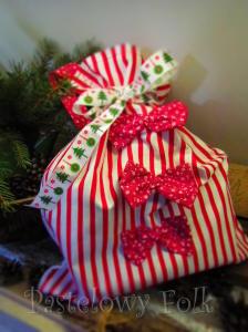 TORBA EKO- 03 - torebka na prezenty świąteczna ekologiczna bawełniana eco na zakupy- białe czerwone paski kwiatuszki kokardki_05