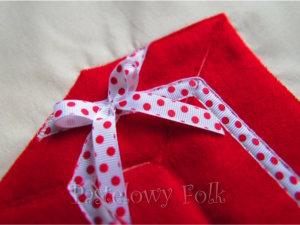 TORBA EKO- 04 - torebka na prezenty świąteczna ekologiczna bawełniana eco na zakupy- czerwony prezent wsiążeczka biała w kropki kokardka_04