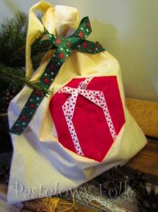 TORBA EKO- 04 - torebka na prezenty świąteczna ekologiczna bawełniana eco na zakupy- czerwony prezent wsiążeczka biała w kropki kokardka_06