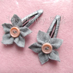 DZIECKO-spinka 02_ szara popielaty kwiatek z różowym łososiowym guzikiem 03