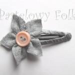 DZIECKO-spinka 02_ szara popielaty kwiatek z różowym łososiowym guzikiem 04
