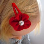 DZIECKO-spinka 07_ czerwony kwiatek filcowy biała perełka 01