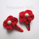DZIECKO-spinka 07_ czerwony kwiatek filcowy biała perełka 03