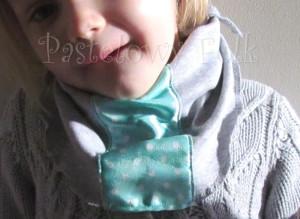 dziecko-chusteczka dla dziewczynki 08-chustka pastelowa szara dzianinowa  miętowa w kropki białe dla dziecka-04