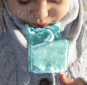 dziecko-chusteczka dla dziewczynki 08-chustka pastelowa szara dzianinowa  miętowa w kropki białe dla dziecka-05