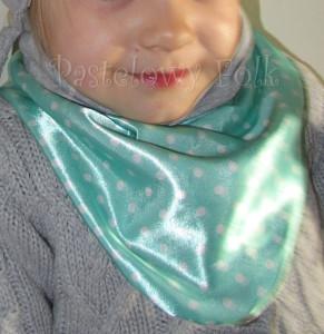 dziecko-chusteczka dla dziewczynki 09-chustka pastelowa szara dzianinowa  dwustronna, miętowa w kropki białe dla dziecka-02