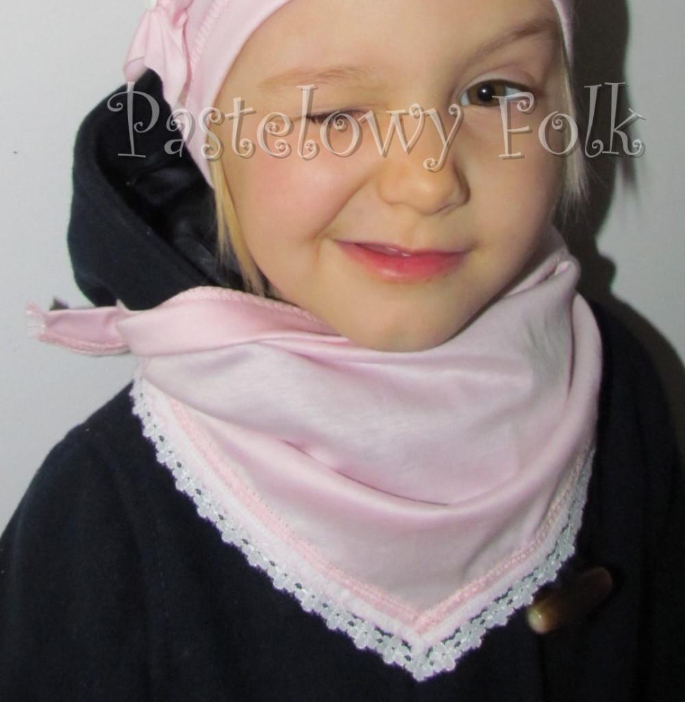 dziecko-chusteczka dla dziewczynki 10-chustka pastelowa jasnoróżowa dzianinowa  z koronką 03