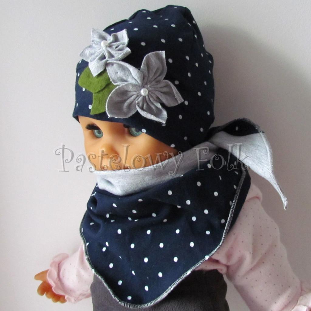 dziecko-czapka 17e- granatowa w kropki groszki z 2 kwiatami i perełkami, listki filcowe, dzianinowa niemowleca, chustka_01