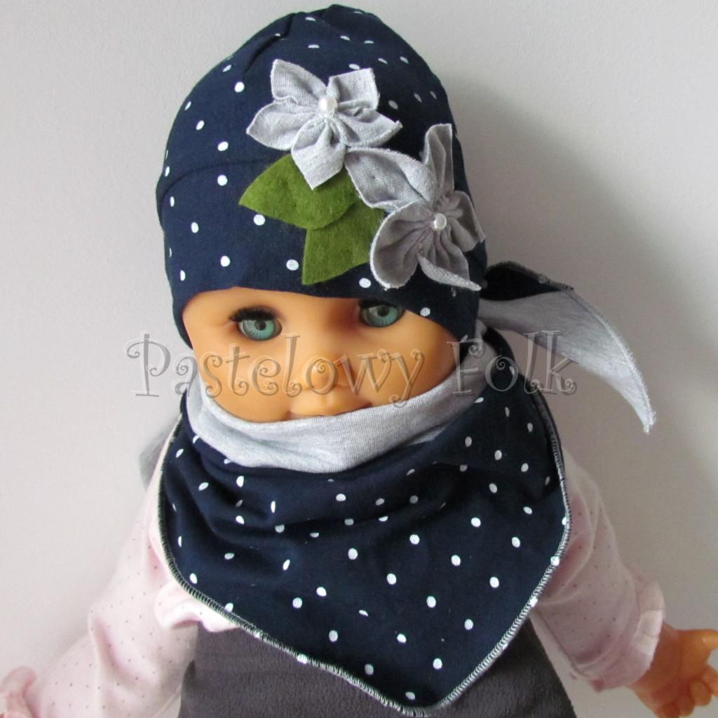 dziecko-czapka 17e- granatowa w kropki groszki z 2 kwiatami i perełkami, listki filcowe, dzianinowa niemowleca, chustka_02