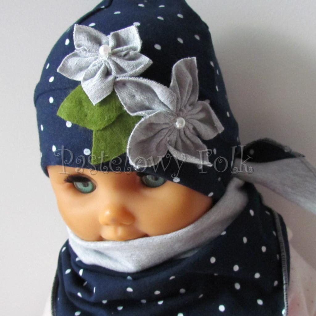 dziecko-czapka 17e- granatowa w kropki groszki z 2 kwiatami i perełkami, listki filcowe, dzianinowa niemowleca, chustka_03