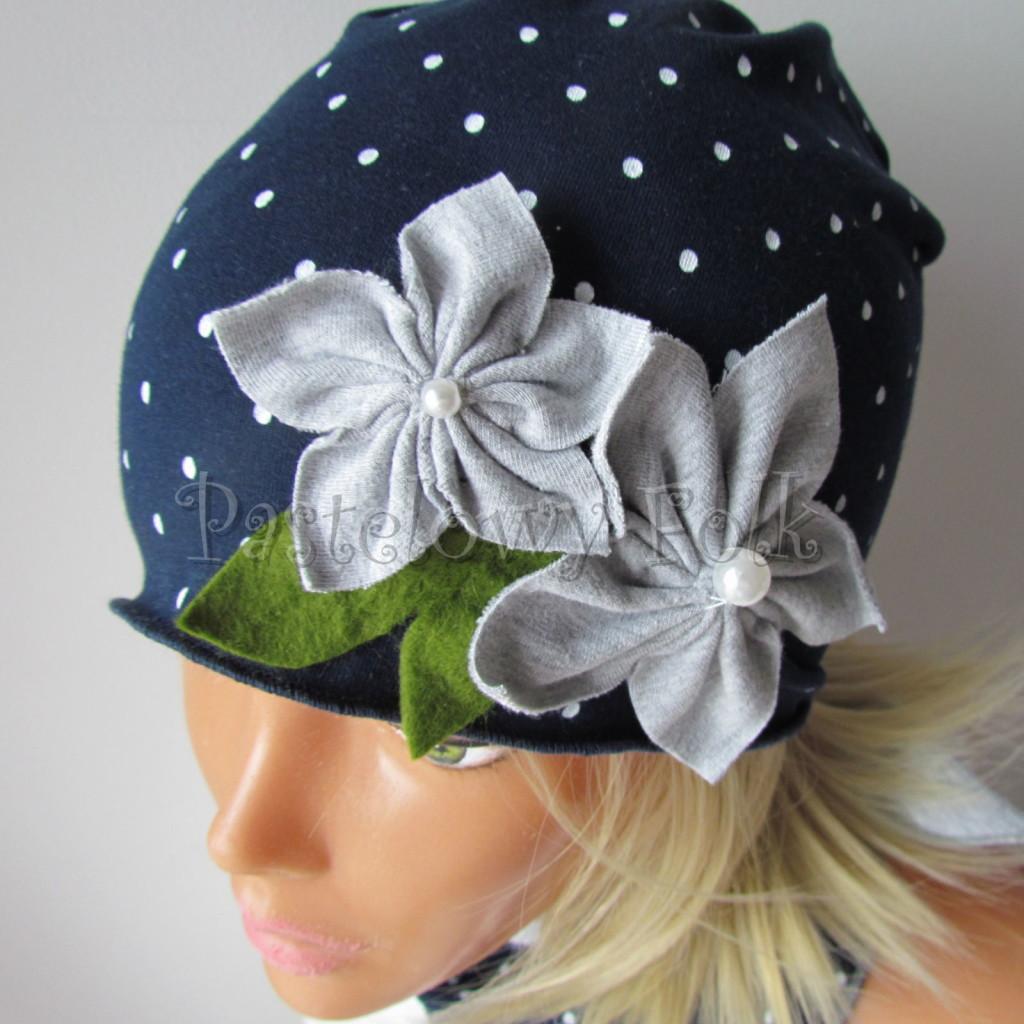 dziecko-czapka 17f- granatowa w kropki groszki z 2 kwiatami i perełkami, listki filcowe, dzianinowa chustka_02