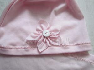 dziecko-czapka 20-retro różówa kwiatek jasnoróżowy z białym guzikiem, dzianinowa 02