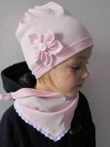 dziecko-czapka 20-retro różówa kwiatek jasnoróżowy z białym guzikiem, dzianinowa 04