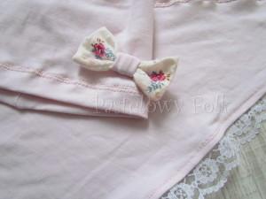 dziecko-czapka 21- jasnoróżówa kokardka ecru w kwiatki róże różowe, dzianinowa 01