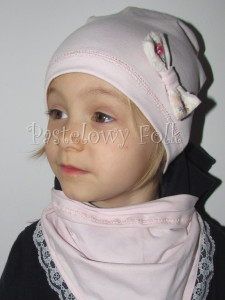 dziecko-czapka 21- jasnoróżówa kokardka ecru w kwiatki róże różowe, dzianinowa 03