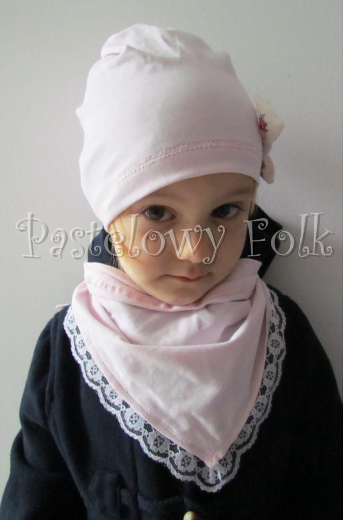 dziecko-czapka 21- jasnoróżówa kokardka ecru w kwiatki róże różowe, dzianinowa 06