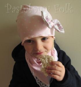 dziecko-czapka 39-dzianinowa dla dziewczynki,  różowa w białe kropki retro kokarda-05