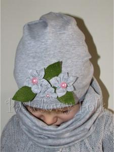 dziecko-czapka dla dziewczynki 14-retro pastelowa szara dzianinowa wiosenna jesienna  czapeczka,  kwiatki kwiat różowy-05