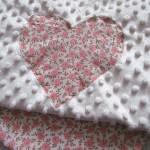 dziecko-kocyk 03- polar minky kremowy bawełna ecru w różyczki różowe czerwone brązowe, do wózka 50x75cm poszewki jasiek -05
