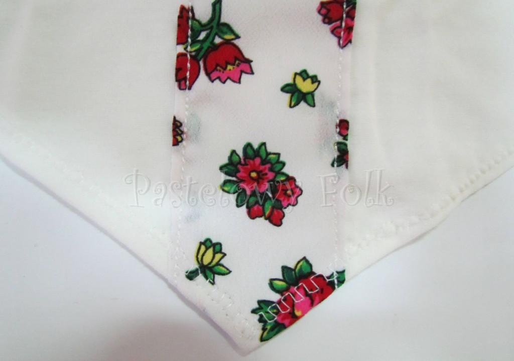 dziecko-chusteczka dla dziewczynki 05-chustka na głowę pod szyję retro folk folkowa góralska dzianinowa ecru biały tybet pasek kwiatuszki czerwone różowe różyczki-02