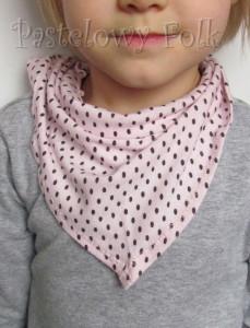 dziecko-chusteczka dla dziewczynki 06-chustka na głowę pod szyję retro dzianinowa różowa brązowe kropki kropeczki falbanka-02