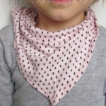 Różowa chustka w brązowe kropki