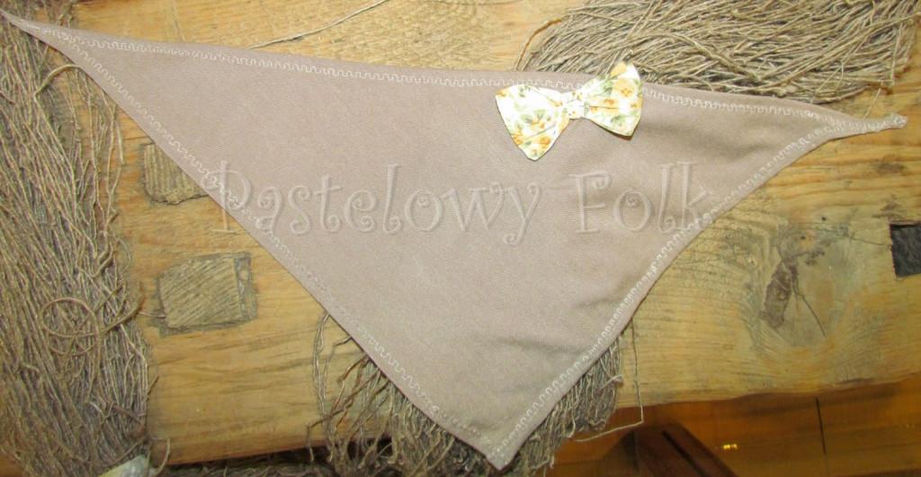 dziecko-chusteczka dla dziewczynki 07-mała chustka na głowę pod szyję retro dzianinowa beżowa brązowa kokardka pastelowa biała żółte kwiatuszki romantyczna-02