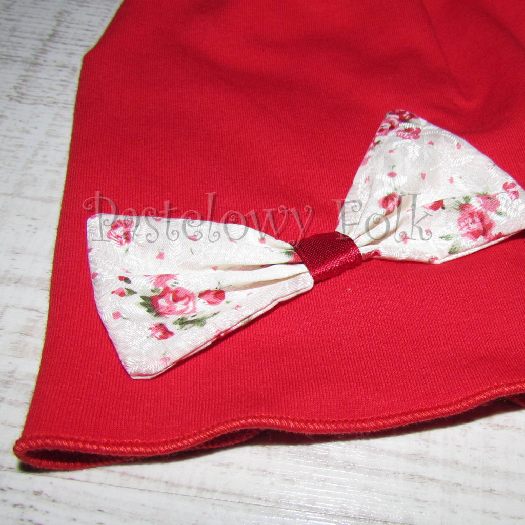 dziecko-czapka 63-dzianinowa dziecieca czerwona kokarda różyczki-02