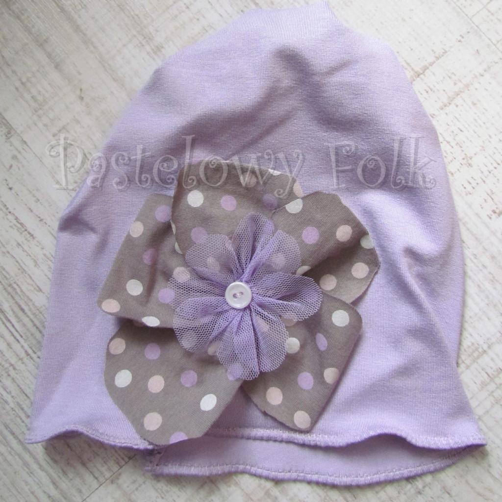 dziecko-czapka 28-beanie dzianinowa dla dziewczynki, fioletowa z retro kwiatem w groszki -01