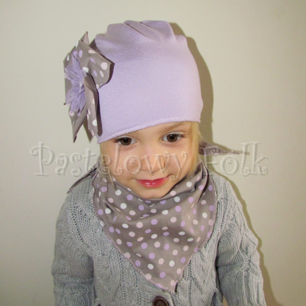 dziecko-czapka 28-beanie dzianinowa dla dziewczynki, fioletowa z retro kwiatem w groszki -04