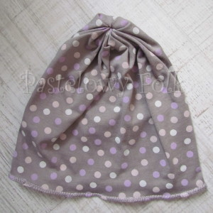 dziecko-czapka 29-beanie dzianinowa dla dziewczynki, beżowa w fioletowe i różowe groszki -01