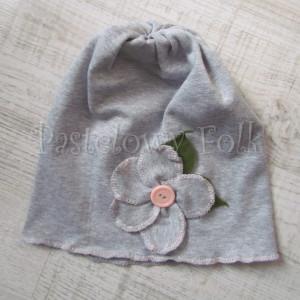 dziecko-czapka 30-beanie dzianinowa dla dziewczynki,  szara z retro kwiatkiem i guzikiem łososiowymi -01