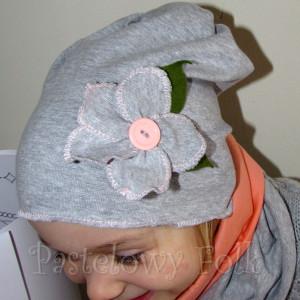 dziecko-czapka 30-beanie dzianinowa dla dziewczynki,  szara z retro kwiatkiem i guzikiem łososiowymi -06