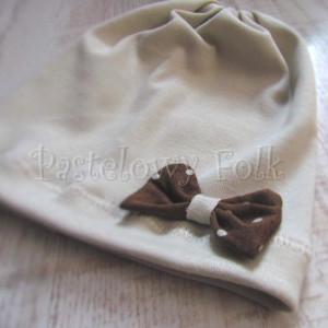 dziecko-czapka 32-beanie dzianinowa dla dziewczynki,  piaskowa beżowa szara z brązowa kokardka w kropki-03