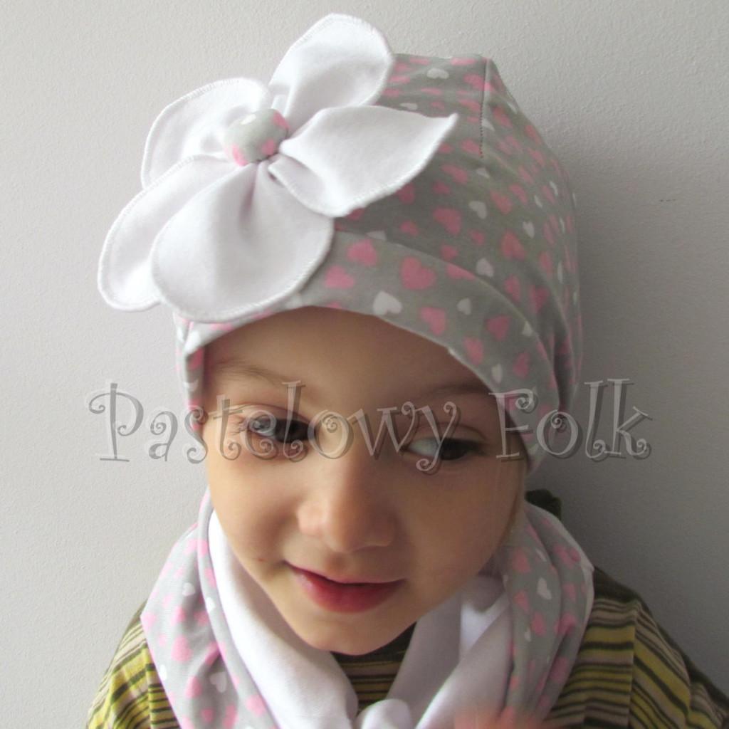 dziecko-czapka 41b-komin opaska komplet szara w serduszka różowe z białym kwiatem retro, dziewczynka - 04
