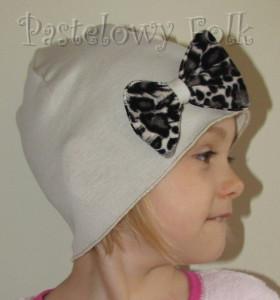 dziecko-czapka 58-dzianinowa dziecieca bezowa z kokarda w cetki panterka-03