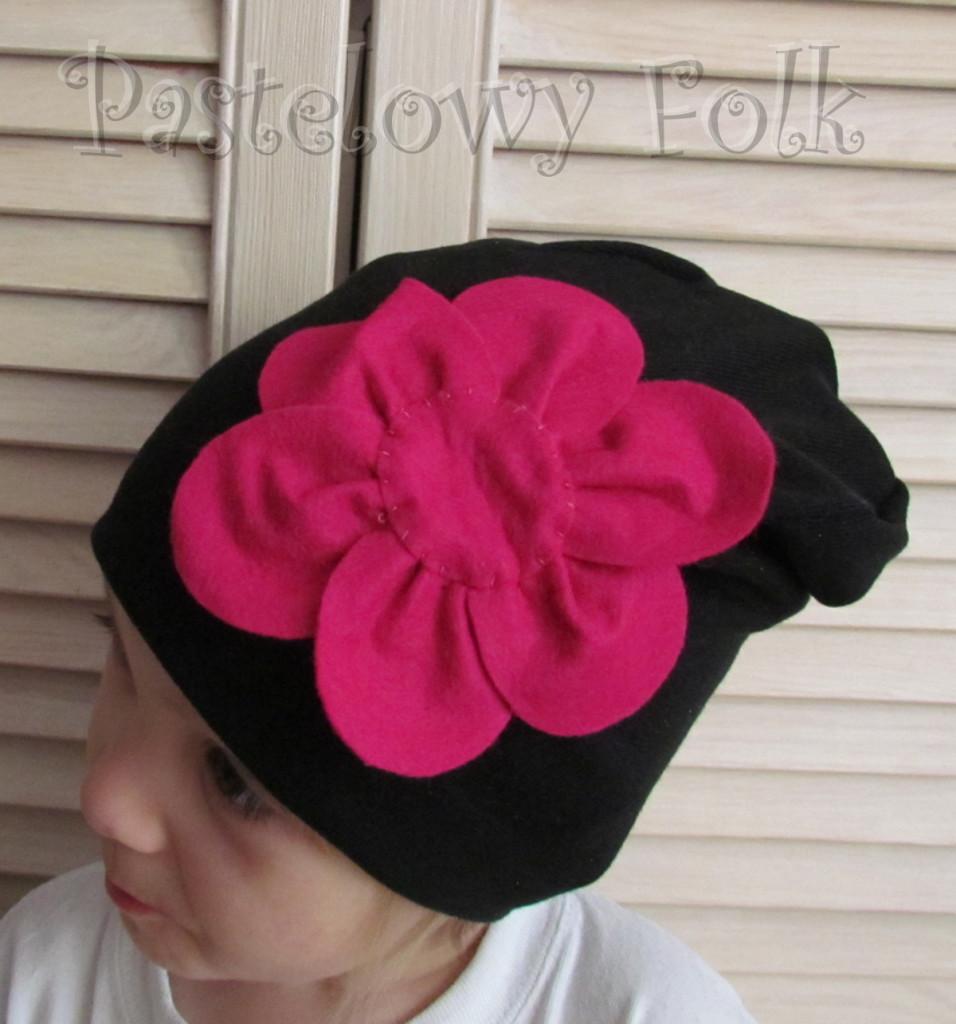 dziecko-czapka 61-dzianinowa dziecieca czarna beanie retro filcowy różowy kwiat-01