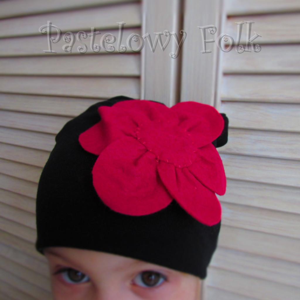 dziecko-czapka 61-dzianinowa dziecieca czarna beanie retro filcowy różowy kwiat-03