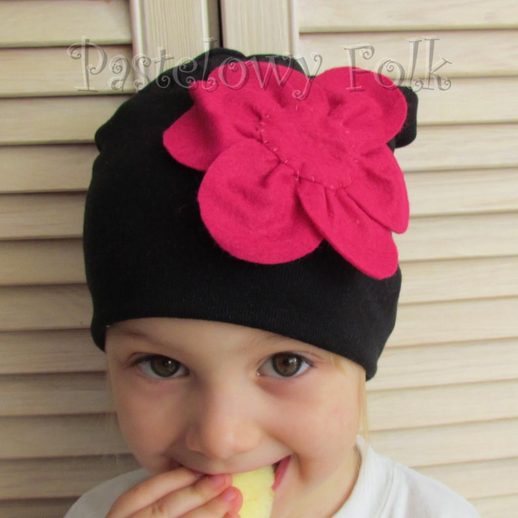 dziecko-czapka 61-dzianinowa dziecieca czarna beanie retro filcowy różowy kwiat-04