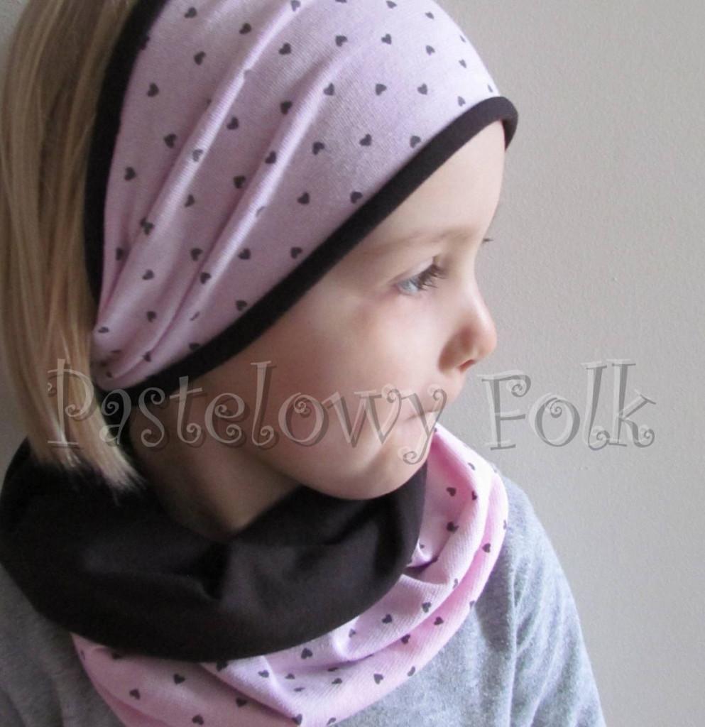 dziecko-czapka 66e-opaska dwustronna dzianinowa dziecieca różowa a w serduszka, brązowa, komplet komin-07